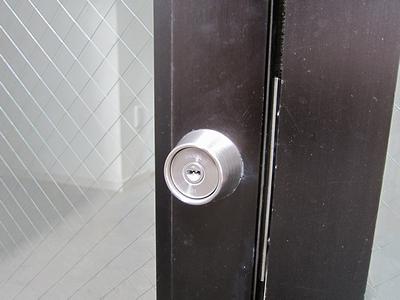 事務所裏口ドア 鍵交換