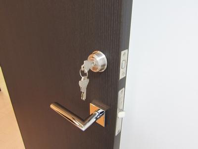 部屋の扉に鍵を付ける